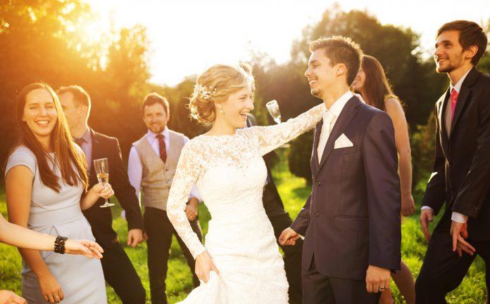 1e09e7eb27c7f エンタメ系vsゲスト参加型!結婚式が盛り上がる余興を比べてみました|結婚式やアイテムのお役立ち情報がいっぱい! Choole MAGAZINE