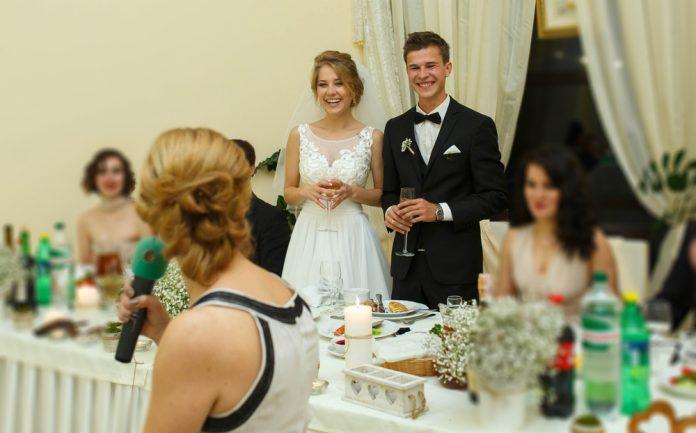 729b60c29b4ac その依頼ちょっと待って!結婚式の「スピーチ 余興」お願いマナー 結婚式やアイテムのお役立ち情報がいっぱい! Choole MAGAZINE