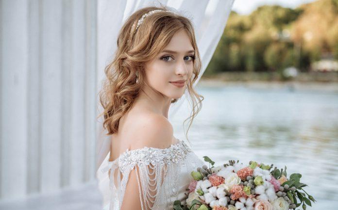 ドレスのタイプ別にチェック♪花嫁さんにおすすめのヘアアレンジ 結婚式やアイテムのお役立ち情報がいっぱい! Choole MAGAZINE